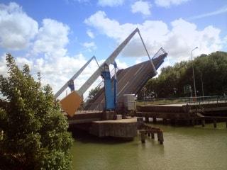 Infrastructures,  ponts levants,  écluses